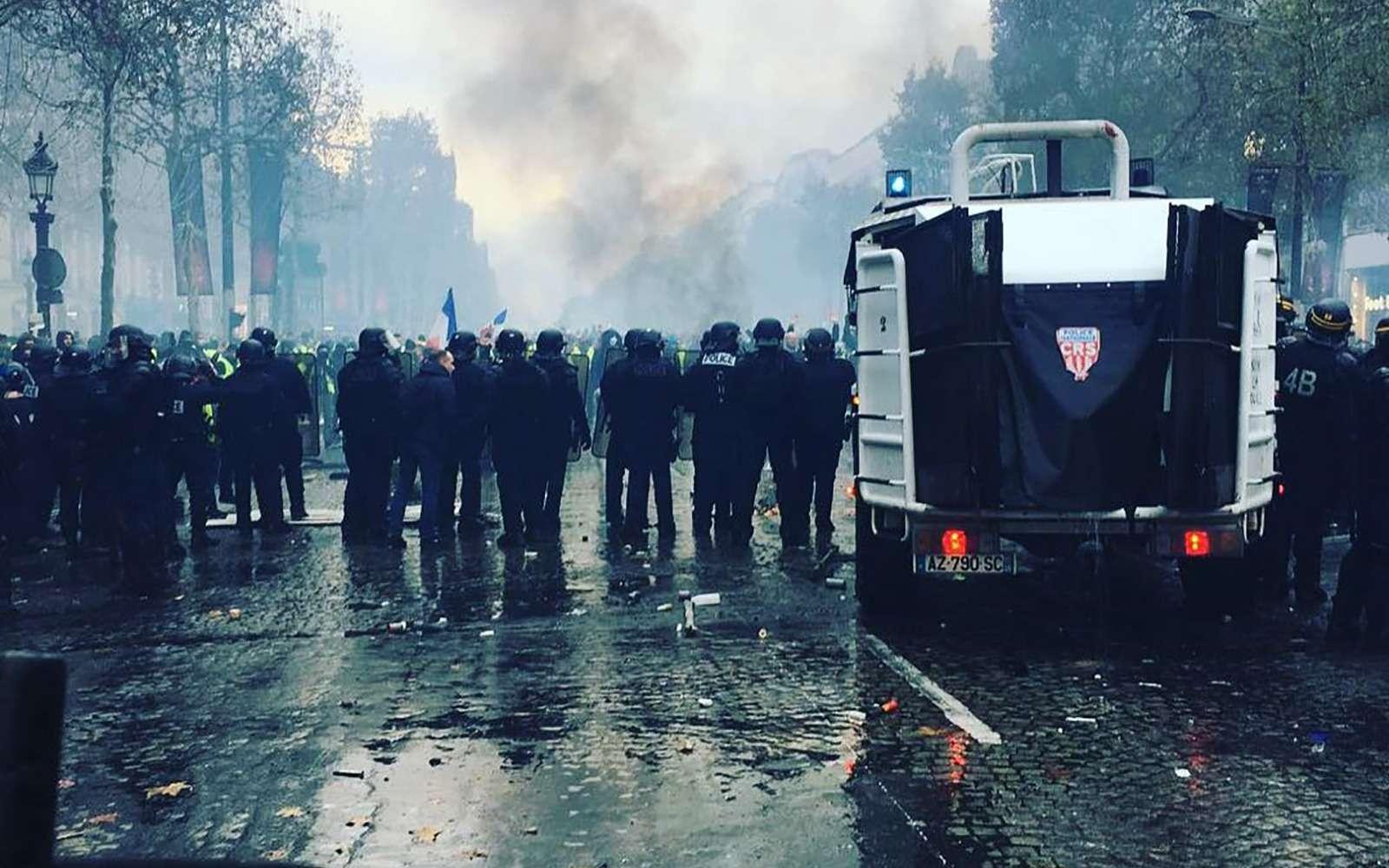 Какфранцузы протестуют против роста цен натопливо: баррикады против водометов— фото 926172