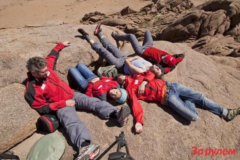 Редкие минуты отдыха отработы. Под нами 2500м надуровнем моря, носамого моря мынакарте Монголии так ине нашли