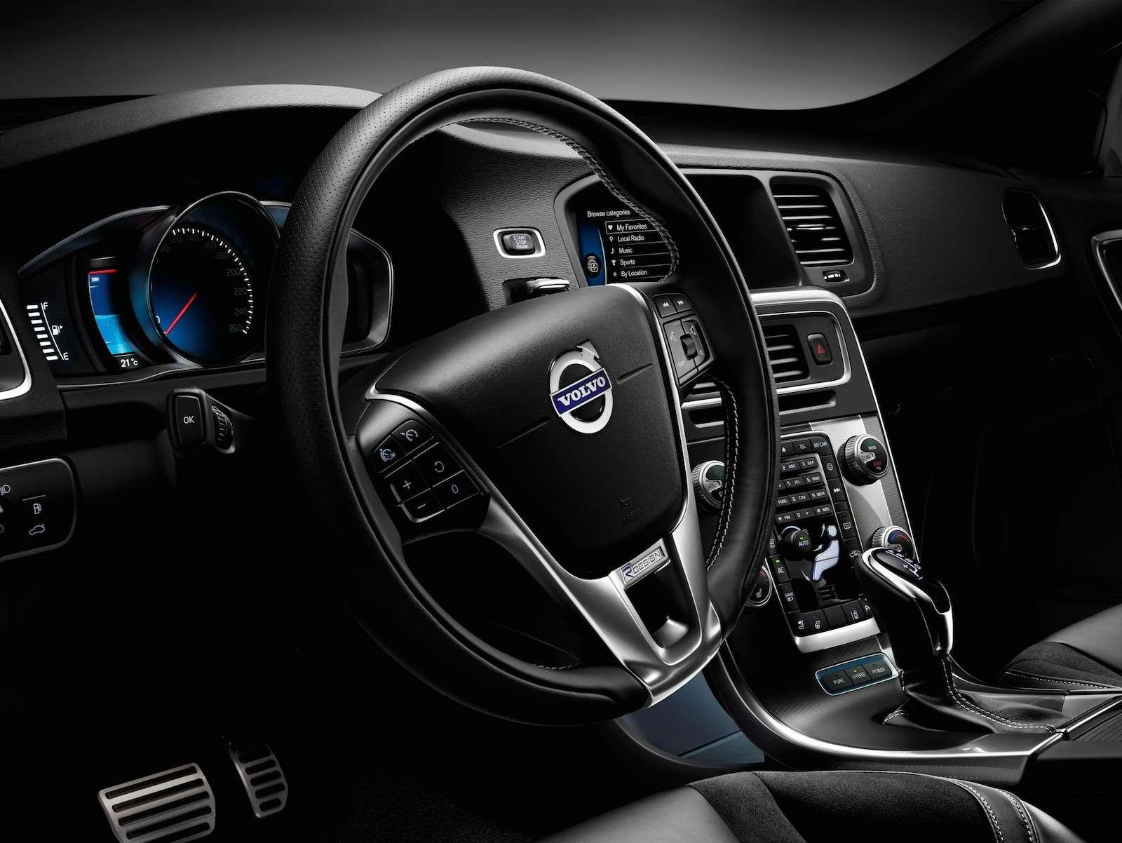 145623_The_2015_Volvo_V60_Plug_in_Hybrid_R_Design-2