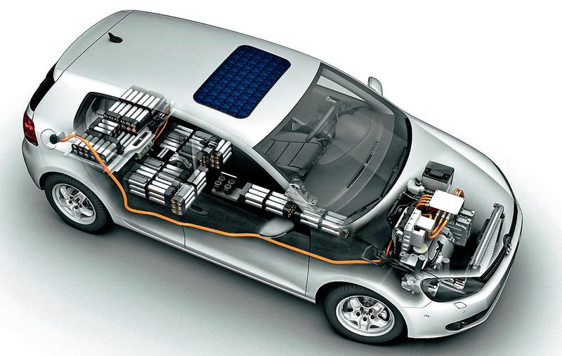 Переделывать модель сДВС вэлектрическую куда сложнее, чем проектировать электромобиль снуля. Впервую очередь— из-за компоновки элементов питания: вкузове заимствованной конструкции ихприходится буквально распихивать посалону ибагажнику.