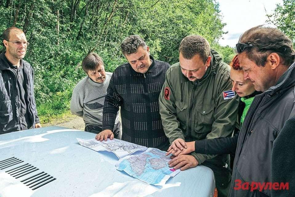 Перед перевалом Муста-Тунтури, идет обсуждение маршрута.