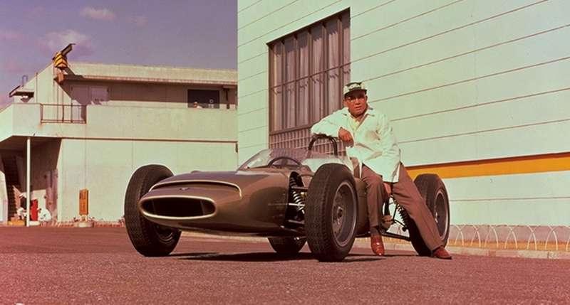 В феврале 1964 года Соитиро Хонда представил свой первый болид «Формулы-1»— модель RAс12-цилиндровым двигателем рабочим объемом 1495 куб.см. Инакаждый цилиндр предусматривался отдельный карбюратор! Мотор в220 л.с. располагался поперечно исчитался одним изсамых мощных