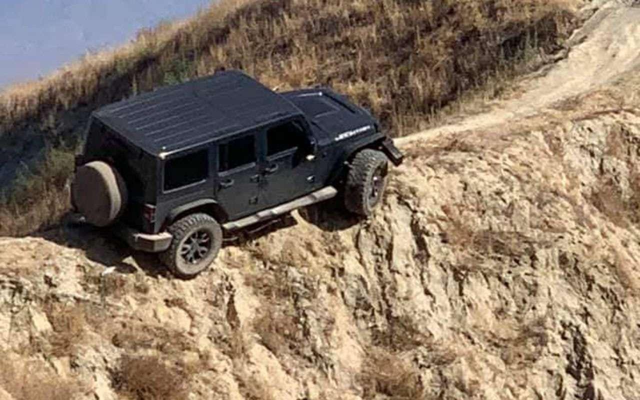 Чемкруче джип, тем... Этот Jeep застрял наскале— фото 1169979
