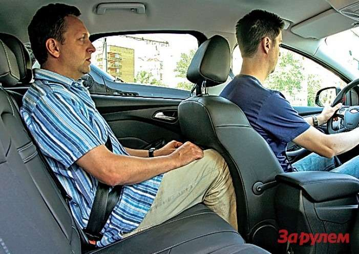 Толстенное переднее сиденье, хоть иотформовано сзади подколени пассажира, съедает немало былого простора.