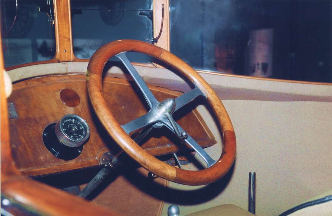 Рабочее место водителя Tropfenwagen. Румплер играл непоправилам: там, где полагалось царить роскоши, властвовал авиационный аскетизм.