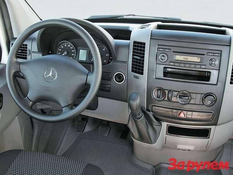 В бюджетных версиях грузовиков Sprinter приборная панель лишена особых изысков