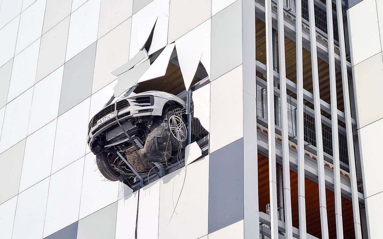 Porsche едва невылетел с3-го этажа парковки— фото 1229411