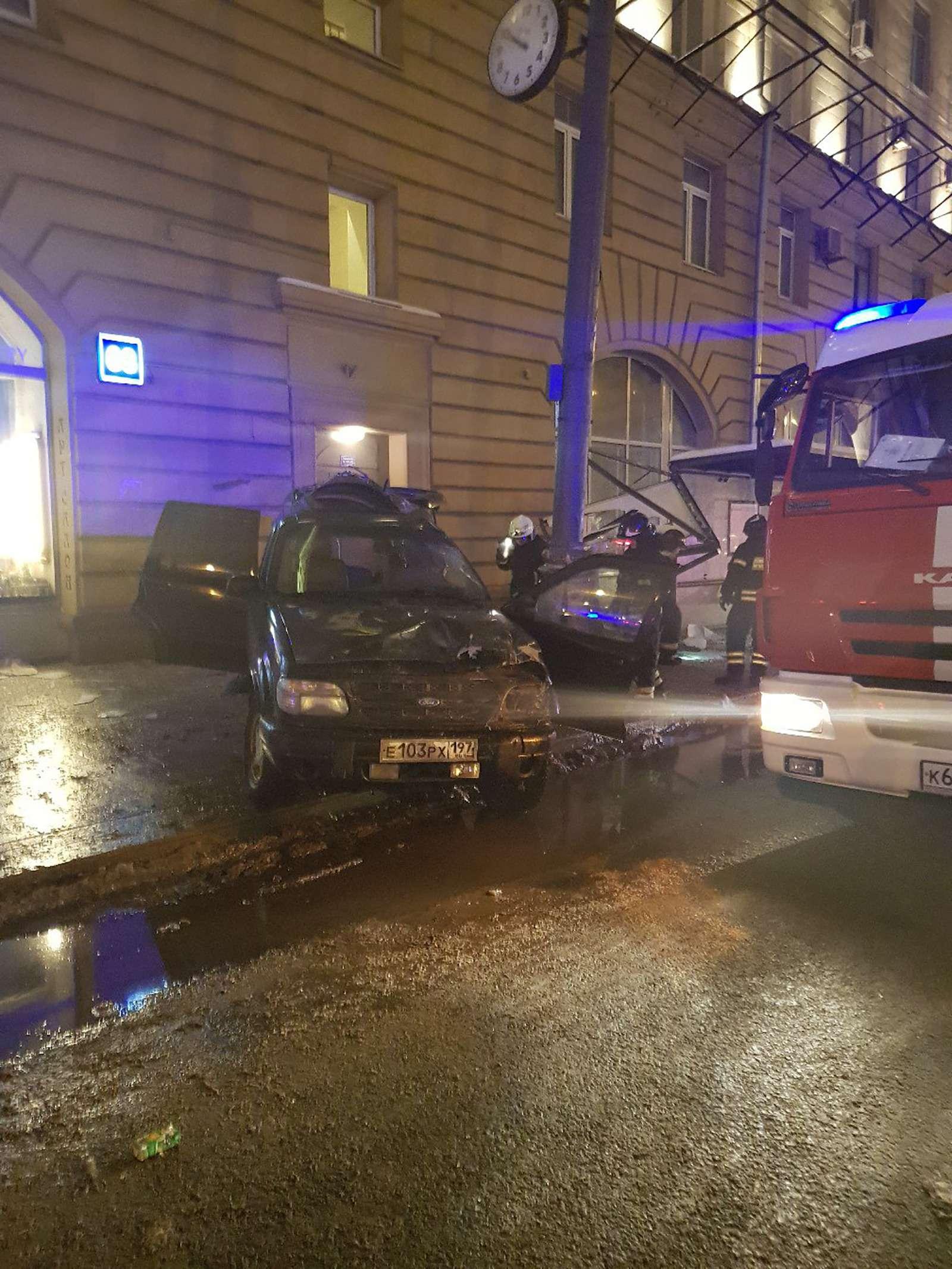 Страшное ДТП вМоскве: спасатели обнаружили труп пассажира вбагажнике— фото 839005
