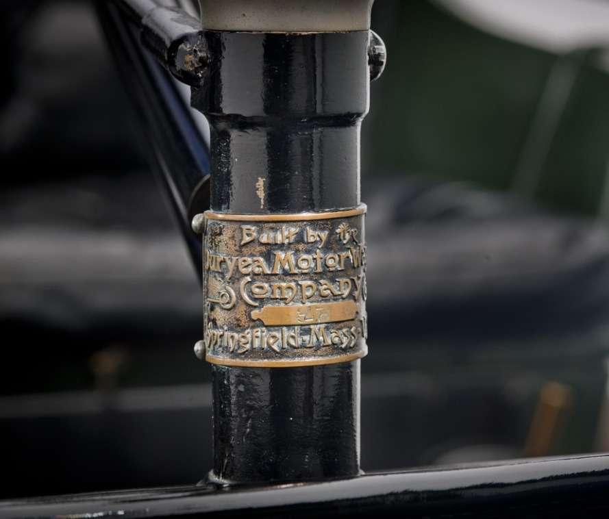 Постарой привычке Чарльз Дьюри (аоннекоторое время владел велосипедной фабрикой) украсил стойку рулевого штурвала плакеткой, какую обычно крепят навелосипедную раму