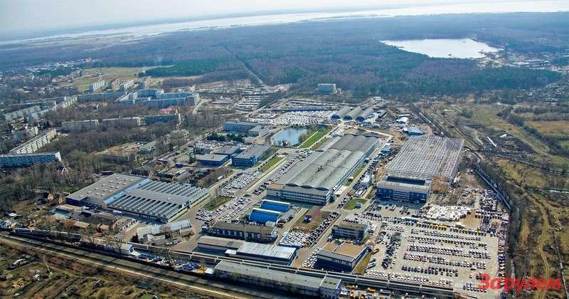 Вид сверху на основную промплощадку АВТОТОРа в поселке Космодемьянского, на окраине города. Трудно представить, что еще десять лет назад здесь, в корпусах довоенной постройки, тихо умирал оборонный завод.