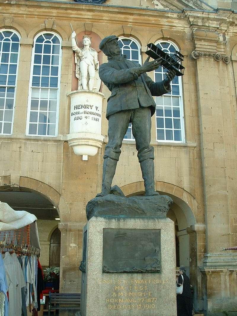 Памятник первому британцу, погибшему вавиакатастрофе. Причиной аварии назовут улучшения, которые внес Роллс вхвостовое оперение биплана. Источник: wikipedia