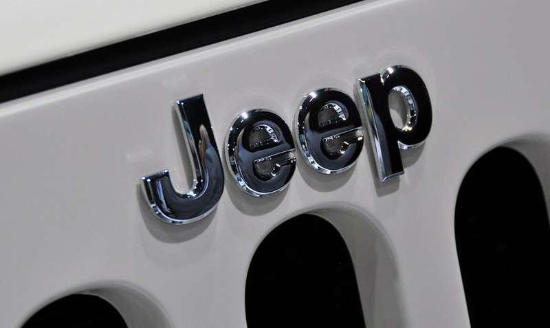 2011-jeep-wrangler-mojave-exterior-logo-6