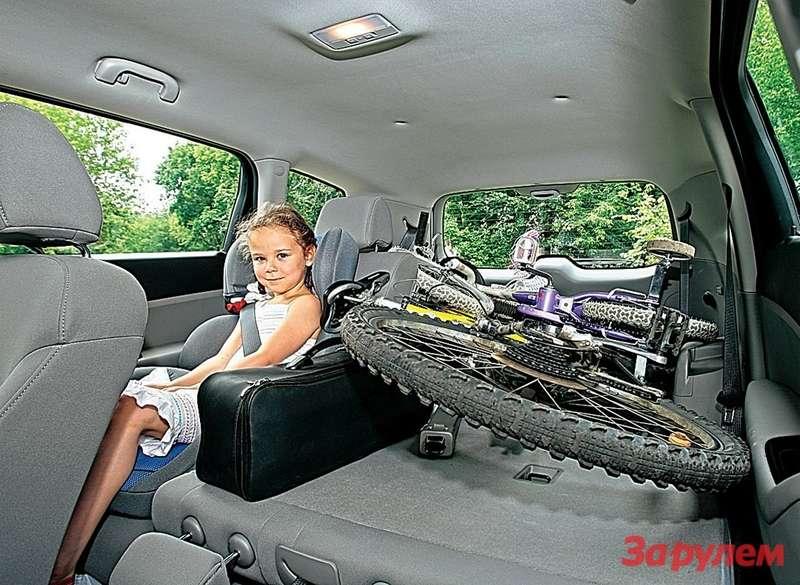 Среди вариантов использования багажного отсека ивозможностей трансформации: ребенок вовтором ряду идва собранных велосипеда вбагажнике…
