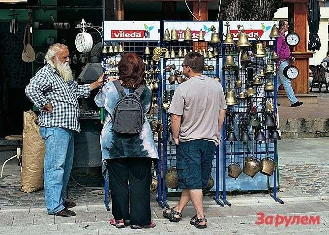 Сувенирная лавка вЦетине, конституционной столице страны. Доморя отсюда далеко, невидать, норынду покупать лучше всего именно здесь.