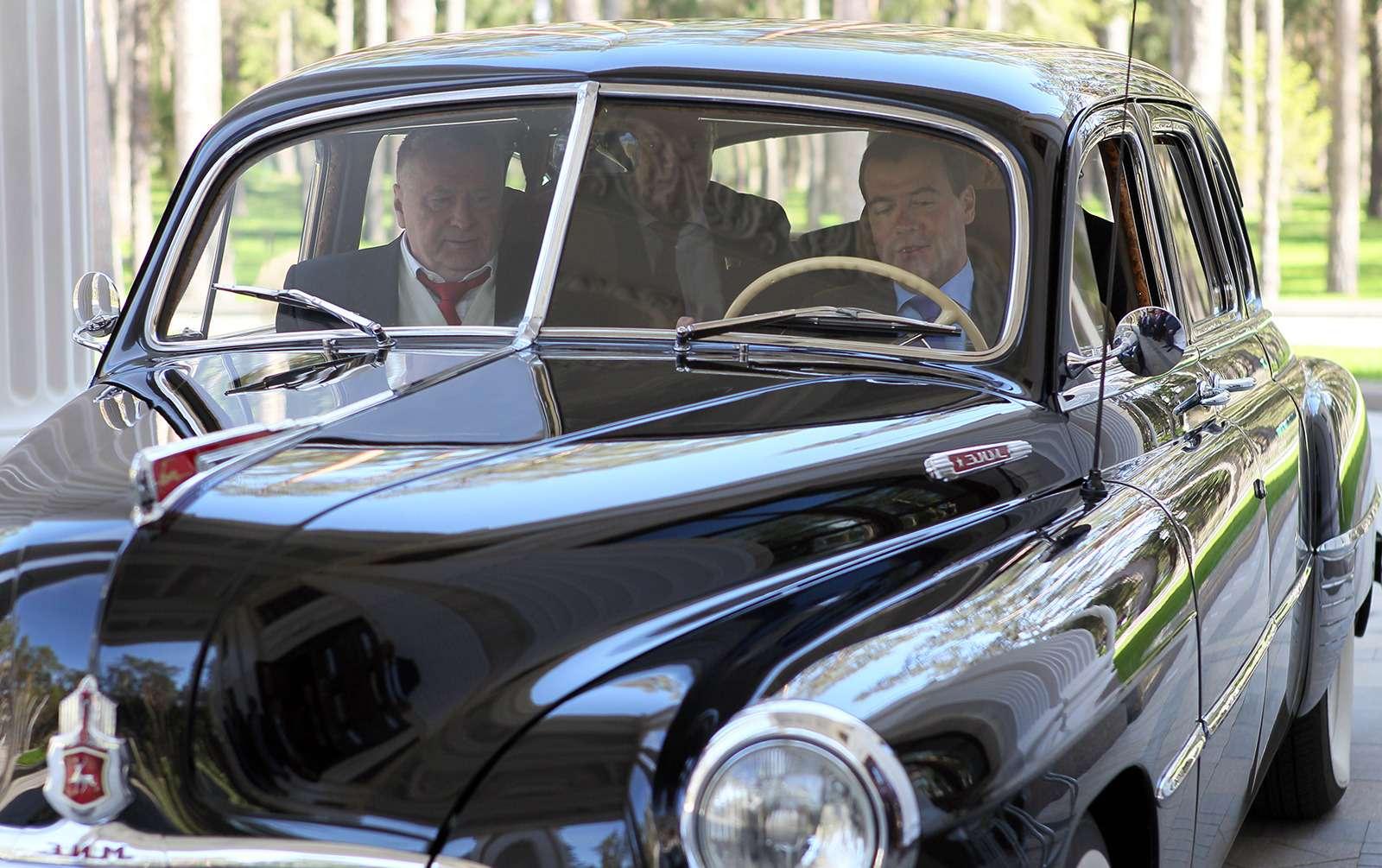 Любимые машины Дмитрия Медведева: откомбайна доАуруса— фото 945810
