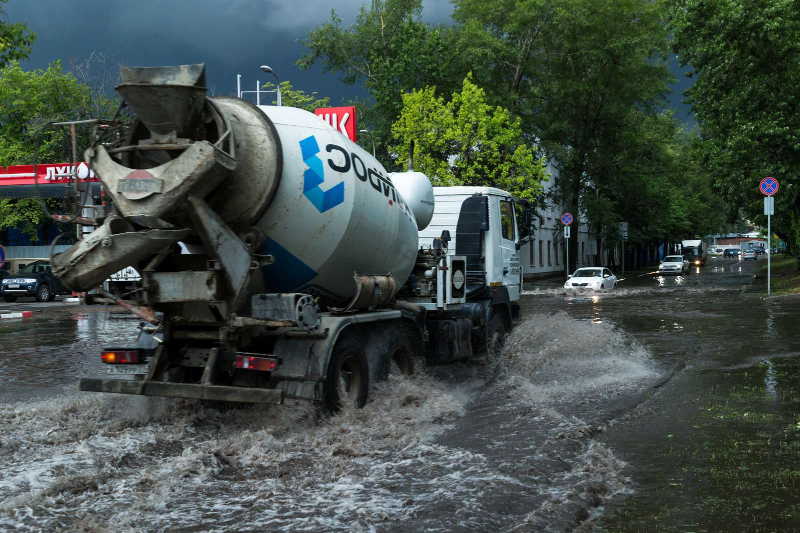 Москву залили дожди, машины поплыли. Фоторепортаж ЗР— фото 770696