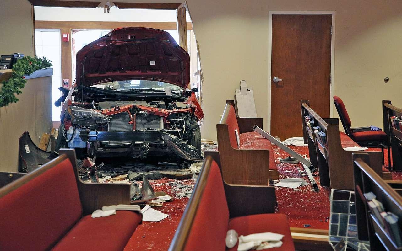 Шестеро прихожан попали подколеса автомобиля прямо вцеркви
