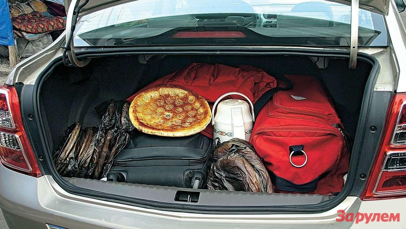 Старались-старались, нозаняли всего половину багажника. Как жаль, что втаком объеме не нашлось «законного» места для5-литровой бутыли снезамерзающей жидкостью.