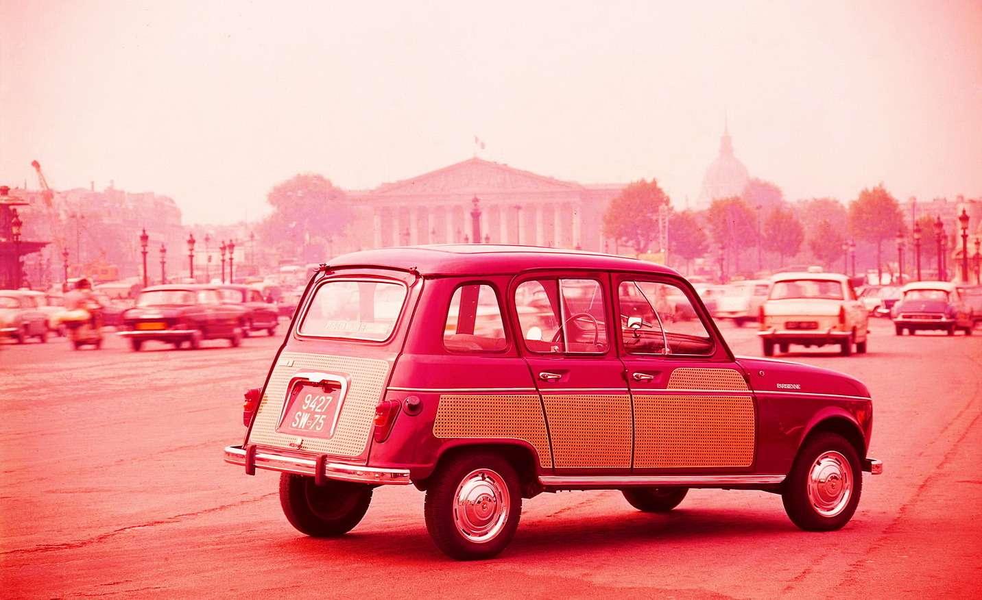 Версию Parisienne, «Парижанка», компания Renault представила совместно сжурналом мод Elle… восьмого марта 1963 года. Автомобиль отличался оформлением боковины изадней двери подплетение изсоломки. Такая отделка уконных экипажей вошла вмоду воФранции в1855 году, после Всемирной выставки вПариже. Компания Renault предлагала также версию R4Parisienne сотделкой «подшотландку». Задекор предлагалось доплатить 260 франков— при стоимости машины порядка 5000 франков