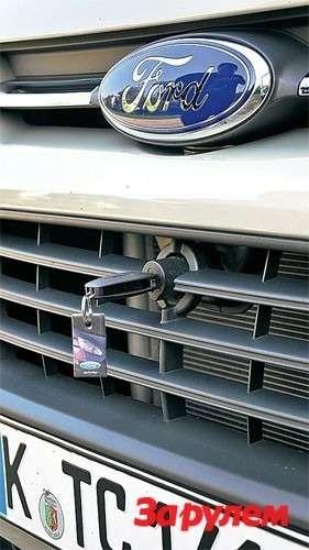 Капот открывают, вставив ключ зажигания взамок посередине решетки радиатора: решение столь жезнакомое, сколь инеудачное.