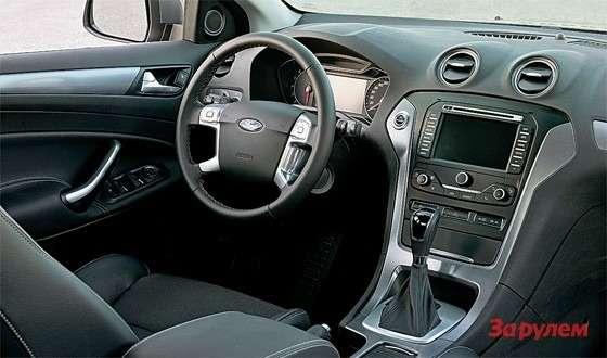 Ford Mondeo: Сиденья дорогих версий получили отделку изалькантары. Нацентральной консоли хорошо виден большой цветной экран.