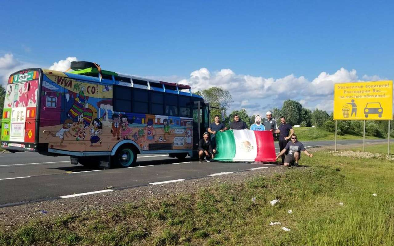 Мексиканцы приехали вМоскву наЧМ-2018на расписном автобусе— фото 878407