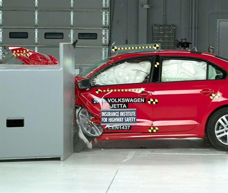 Улучшенная VWJetta преодолела краш-тест смалым перекрытием