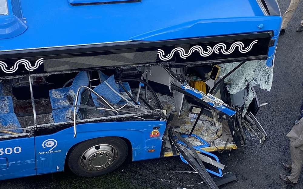 Встолкновении грузовика иавтобуса пострадали три ребенка ибеременная женщина