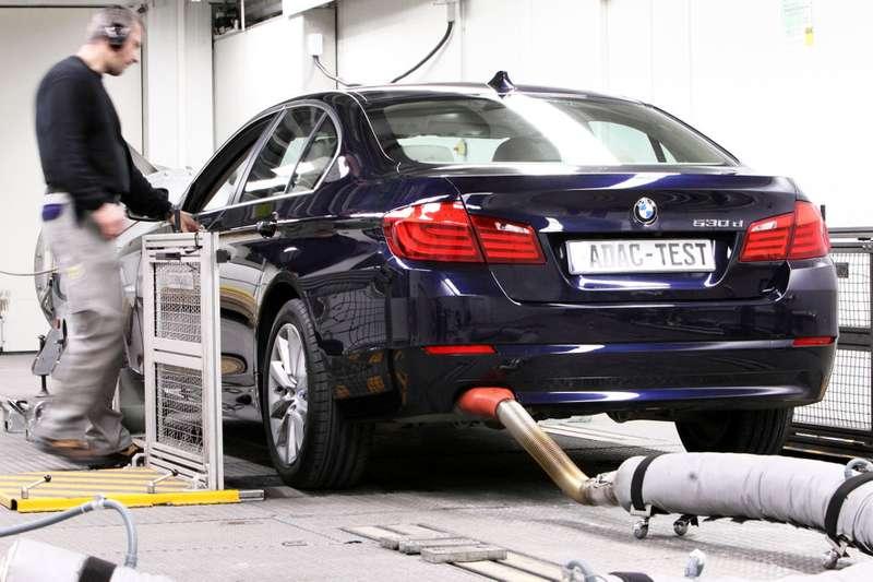 Abgasprüfung des neuen BMW 530d inLandsberg amLech am19.03.2010