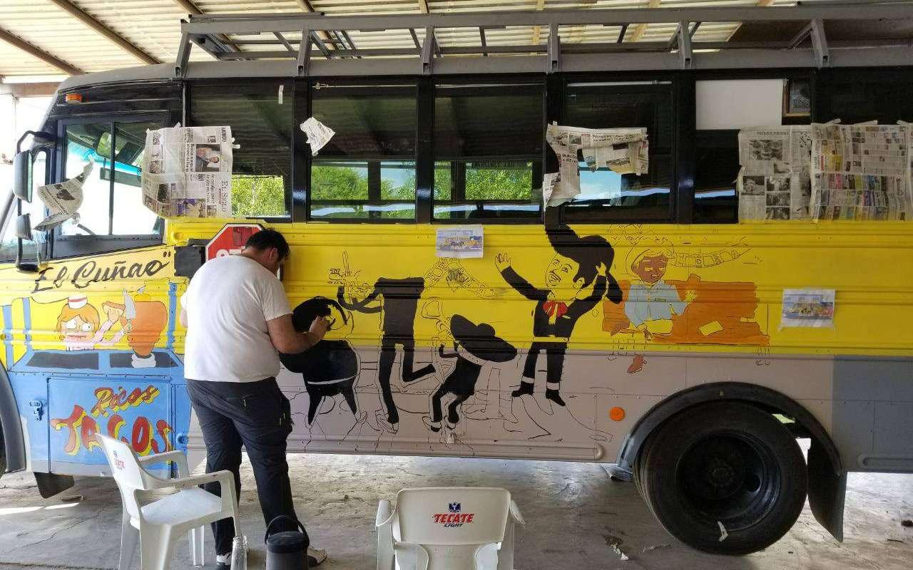 Мексиканцы приехали вМоскву наЧМ-2018на расписном автобусе— фото 878401