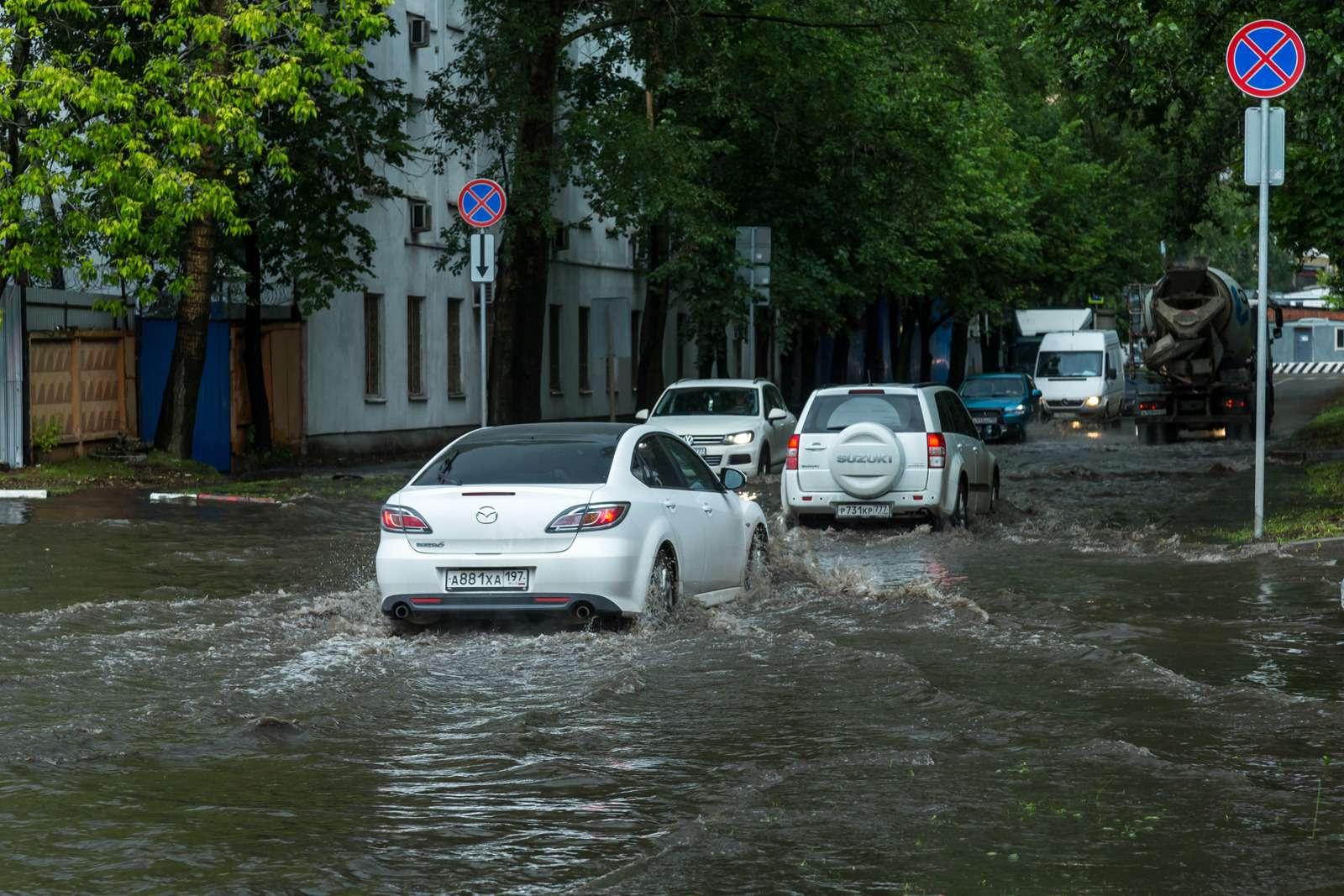 Москву залили дожди, машины поплыли. Фоторепортаж ЗР— фото 770683