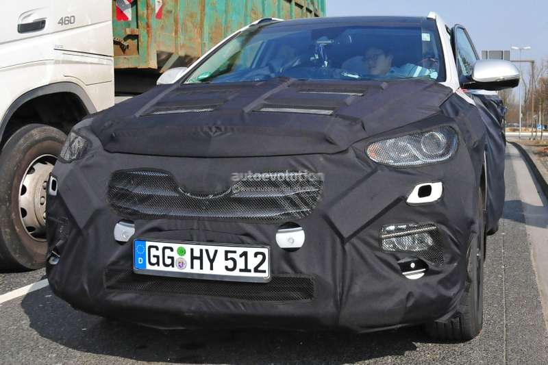 2017-hyundai-santa-fe-facelift-spyshots-show-new-lights-and-infotainment-system_2