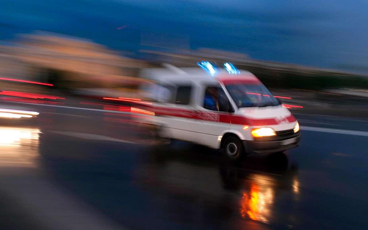 Четыре человека погибли, врезавшись вплетущийся грузовик