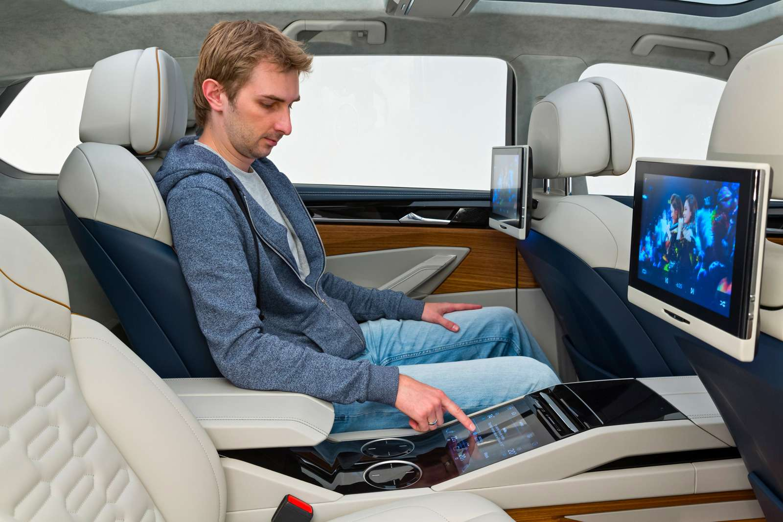 Volkswagen T‑Prime Concept GTE— четырехместный, сбольшим центральным туннелем