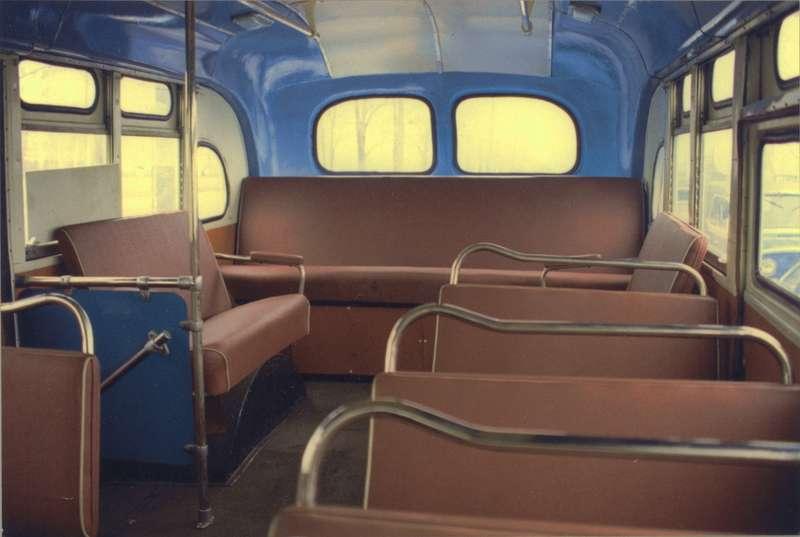 Надсиловым агрегатом устанавливался пятиместный диван. Всего вавтобусе предусматривалось 60мест, изних 34сидячих. Сиденья, как следовало изописания, обивались плюшем или текстовинилом (т.е. дерматином). Автобус эксплуатировался экипажем всоставе водителя икондуктора. Кондуктору предписывалось подавать водителю сигналы: один звонок— окончена высадка пассажиров, два звонка— закончена посадка, можно отправляться. Фото Александра Страхова-Баранова