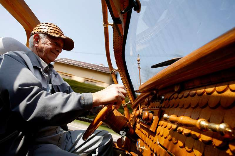 Пенсионер потратил два года наотделку деревом VWBeetle