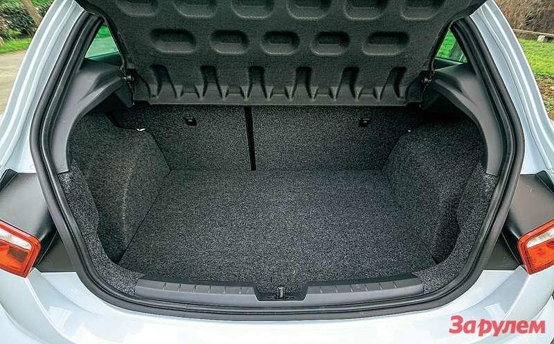 Багажник запросто вместит несколько спортивных сумок, при этом двум пассажирам среднего роста нетесно взаднем ряду.