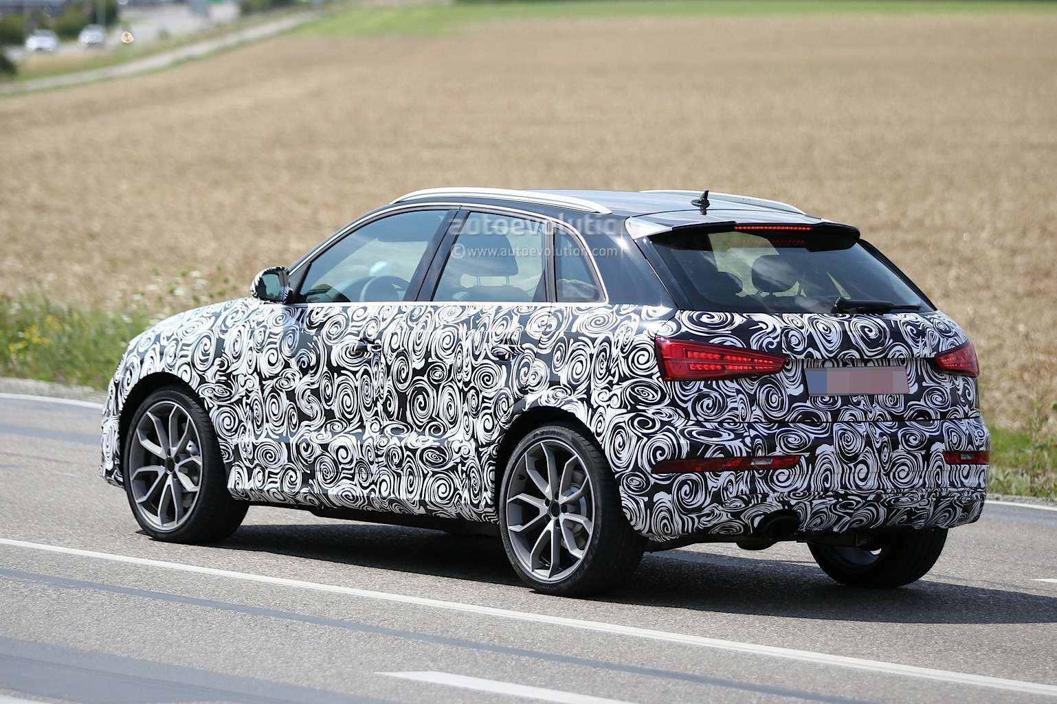 2016-audi-rs-q3-facelift-joins-q3-during-testing-session_12