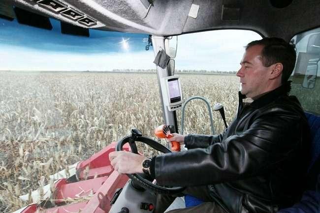 Дмитрий Медведев зарулем комбайна