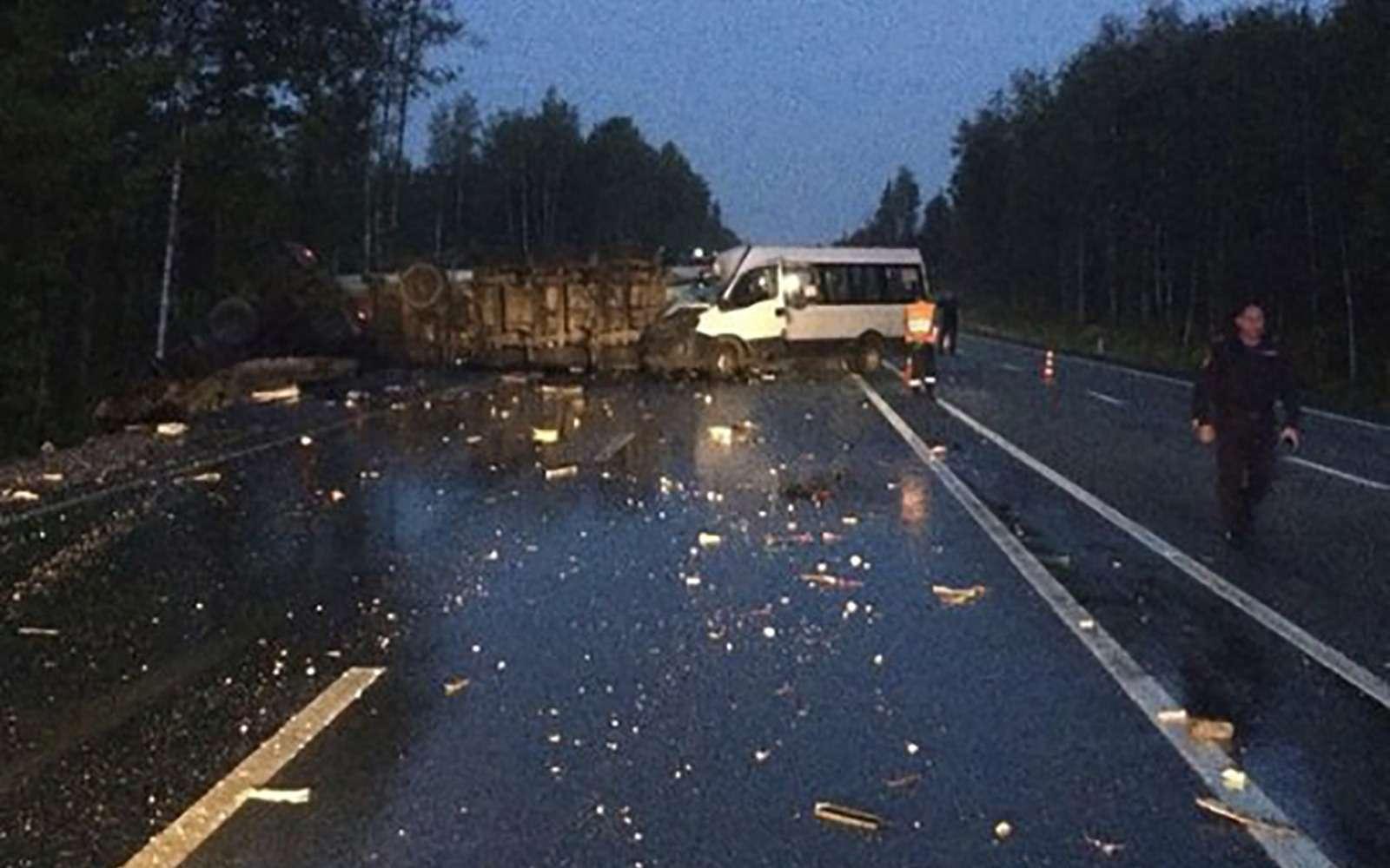 Автобус столкнулся сфурой вПодмосковье: есть жертвы— фото 902239