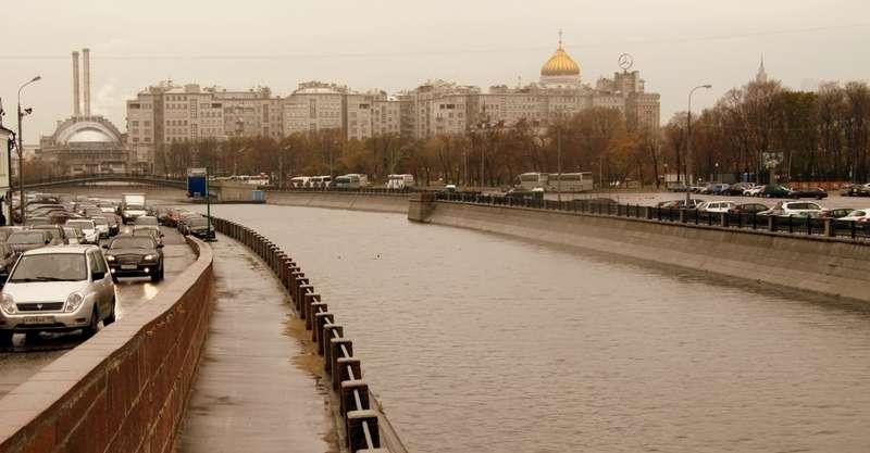 Столичные власти готовят концепцию развития городских территорий, прилегающих кМоскве-реке, согласно которой нанекоторых набережных может быть закрыто движением дляавтомобилей, авместо дорог там будут организованы пешеходно-прогулочные зоны