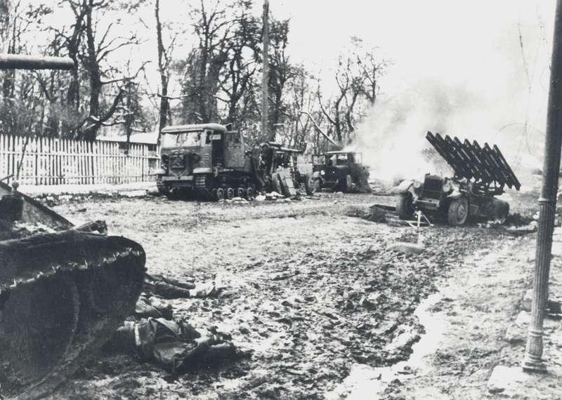 «В ходе боев под Мценском танковая бригада и дивизионы 9-го ГМА уничтожили до 50 танков, 35 орудий и немало живой силы врага. Его расчет на скорый выход к Туле не оправдался», - написано о тяжелых боях осени 1941 года в книге П.А.Дегтярева и П.П.Ионова ««Катюши» на поле боя» (М., «Воениздат», 1991 г). Фото германского министерства пропаганды: разбитые «Катюши» БМ-13 на шасси ЗиС-6, пристрелочная зенитная пушка с гусеничным тягачом СТЗ-5 и сожженная «тридцатьчетверка». Мценск, октябрь 1941 г.