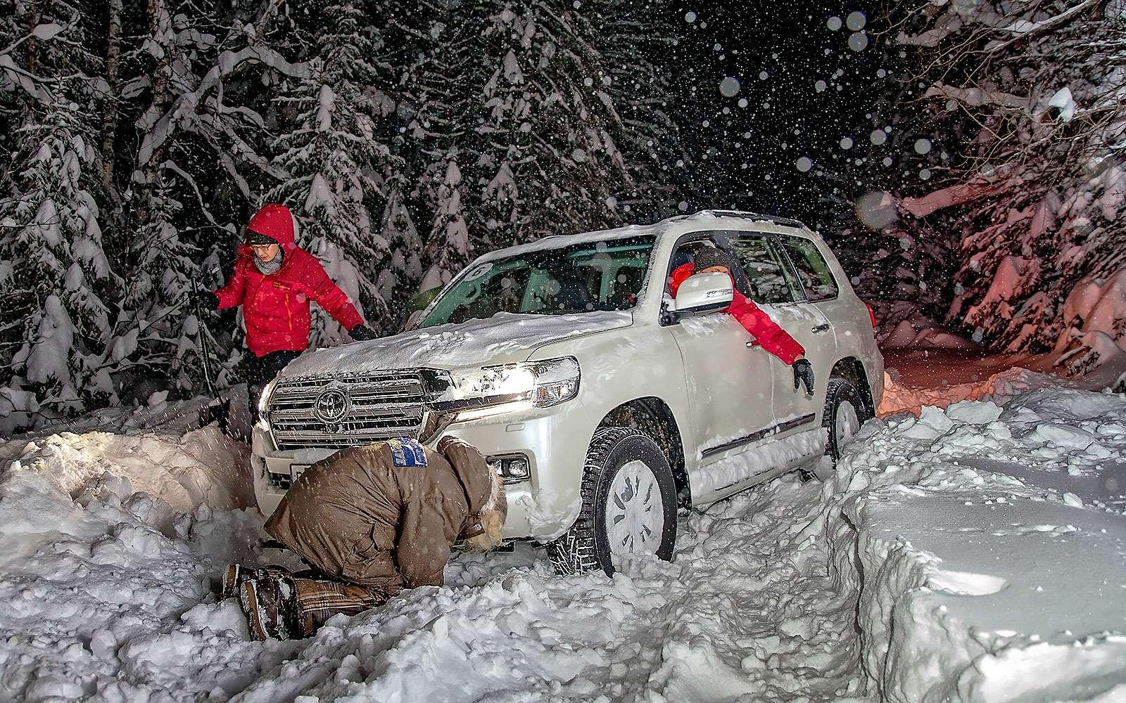 машины застрявшие в снегу обычно