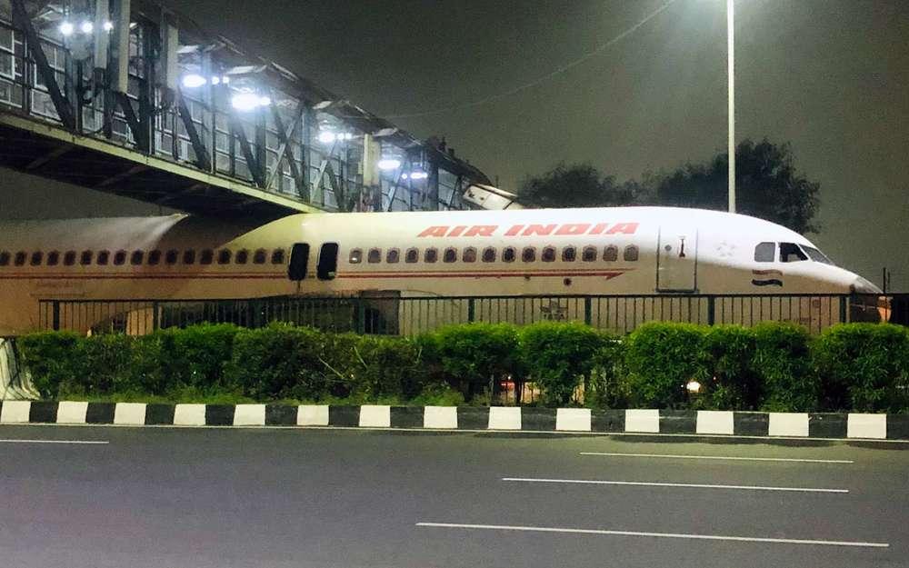 Пассажирский самолет застрял подмостом