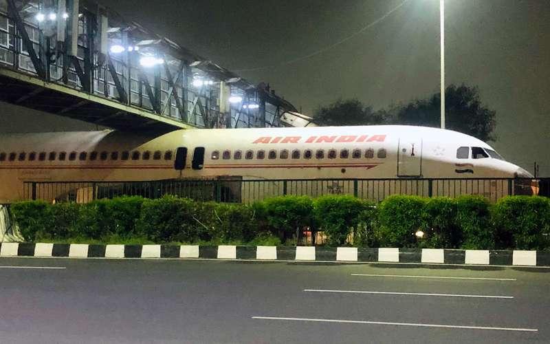 Пассажирский самолет застрял под мостом