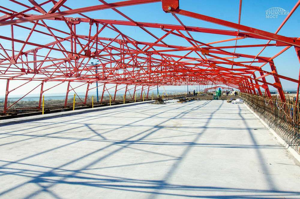 Сформирована первая плита вКерченском мостовом переходе— фото 653385