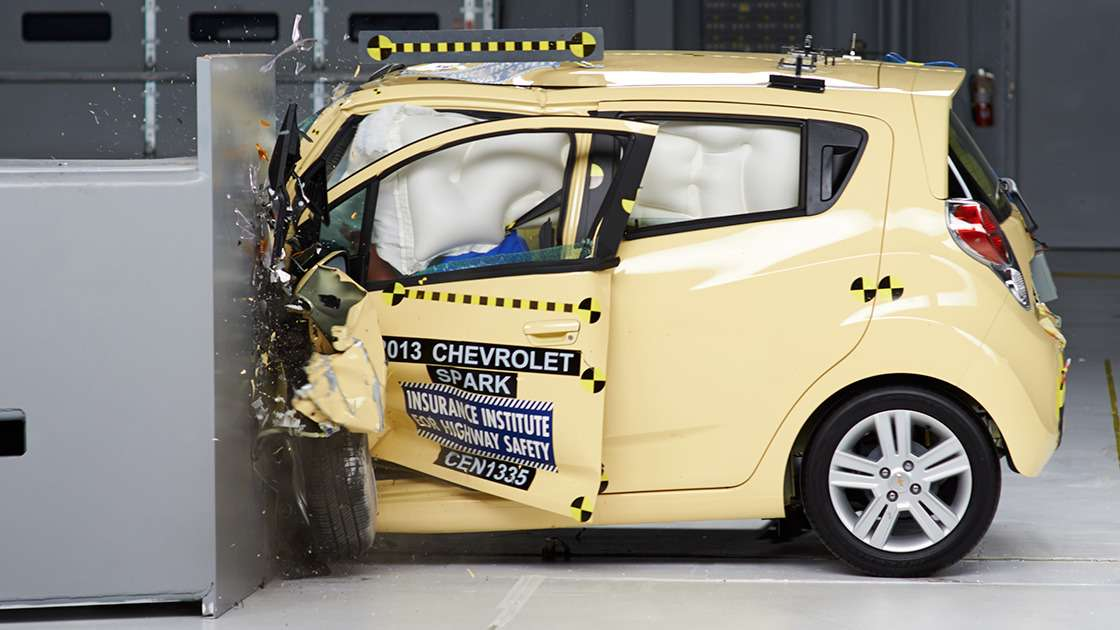 Chevrolet Spark единственным изгородских автомобилей прошел тест IIHS наудар смалым перекрытием
