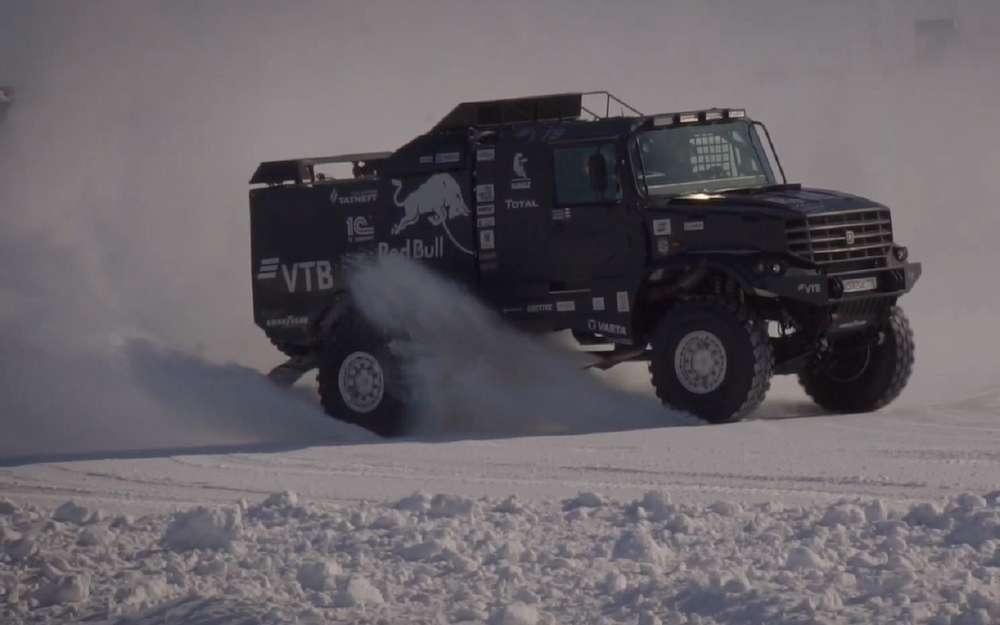 Дрифт нагрузовике: КАМАЗ показал, как спортсмены проводят межсезонье