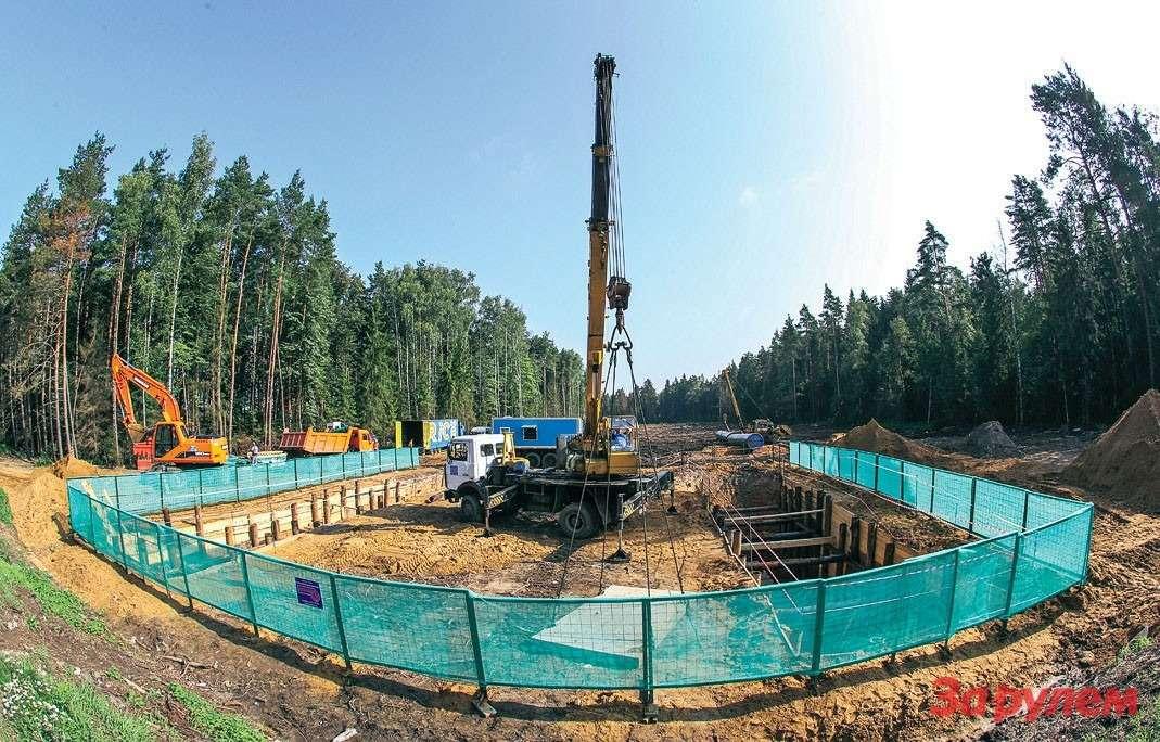 Прежде чем строить дорогу, строители должны обнаружить иперенести старые коммуникации, впервую очередь разные трубопроводы.