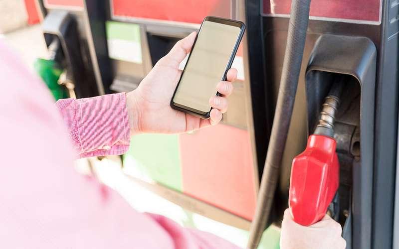 НаАЗС нельзя пользоваться телефоном. Авчем проблема-то?